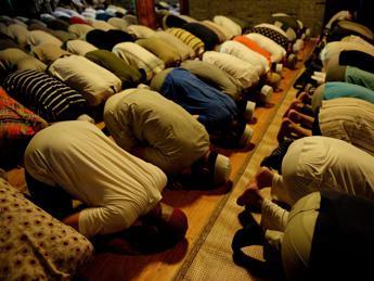 'Meglio una preghiera che sprecare tempo su Fb', muezzin nella bufera in Egitto