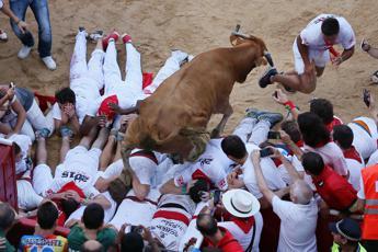 Pamplona, al via la Festa di San Firmino: tre incornati al primo 'encierro'