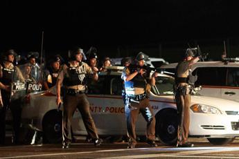 Spari a Ferguson durante marcia per anniversario morte Brown, un ferito