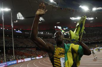 Bolt trionfa anche nei 200, Gatlin nuovamente battuto Ma il re della velocità viene 'abbattuto' /Fotosequenza