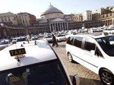 Gli strappano orologio da 35mila euro, telecamera riprende scippo 'in diretta' a Napoli /Guarda