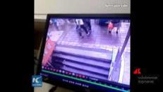 Cina: aspettano bus alla fermata ma vengono inghiottiti da una voragine