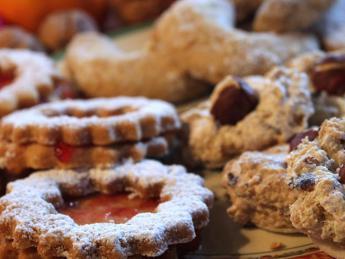 Mangiano biscotti alla droga: padre e figlio di 9 anni colti da malore