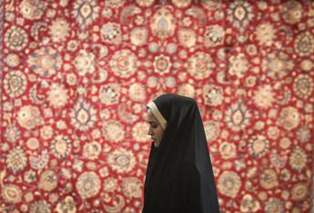 Giro di vite in Iran contro donne 'mal velate', polizia sequestra loro auto