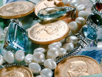 Denuncia misterioso furto di gioielli e scopre che il 'ladro' è il fratello 14enne