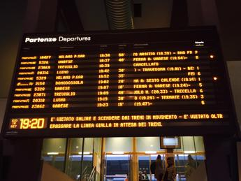 Trenord, forti ritardi tra Milano e Varese per guasto a treno
