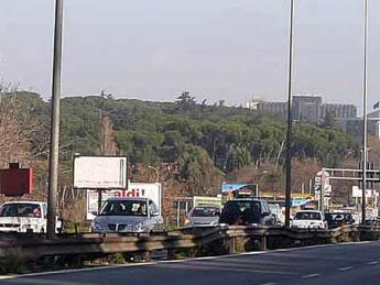 Roma, un altro incidente sulla Colombo: motociclista si schianta contro albero e muore