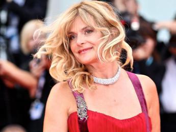 Mostra Venezia, al gala d'apertura Natassja Kinski s'arrabbia e innaffia di vino un giornalista /Video