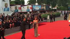 Il red carpet inaugurale della madrina Elisa Sednaoui/Video