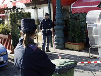 Tre italiani rapinano passante, un marocchino lo soccorre