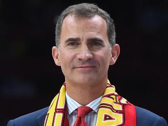 Dà del tu al re di Spagna, imbarazzo e critiche per giornalista /Video