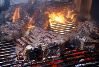 La bistecca è cotta male e non vuole pagare, turista pestato dai camerieri a Venezia