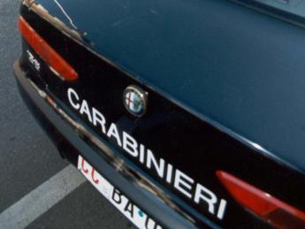 Roma, blocca in auto la compagna che vuole lasciarlo e la picchia