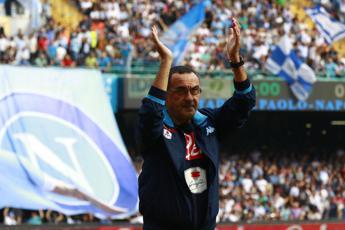 Sarri saluta i tifosi del Napoli: