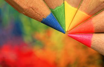 Turchese per l'ansia e viola contro gli attacchi di panico, il colore che cura