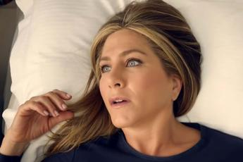 Non c'è la doccia qui?, Jennifer Aniston 'derisa' dalle hostess /Video