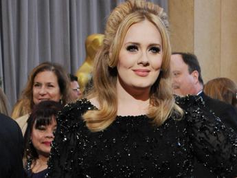 Adele batte Taylor Swift, il video di 'Hello' è il più visto di sempre in 24 ore /Guarda