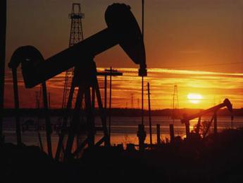 Petrolio continua a salire, altra mina su crescita 2019