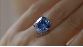 Magnate Hong Kong si aggiudica diamante blu a prezzo record di 48 mln di dollari