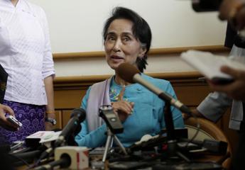 Birmania, Suu Kyi: Elezioni in parte libere ma con intimidazioni