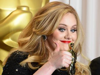 Troppo ubriaca per twittare? Team di Adele le 'confisca' i profili social