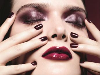 Vinaccia, rosso scuro e nero: il rossetto per l'autunno mostra la sua 'dark side'