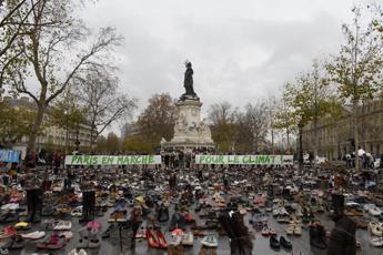 Clima, a Parigi la simbolica marcia delle scarpe