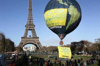 Mongolfiera sulla Tour Eiffel, azione di Greenpeace alla vigilia della Cop21