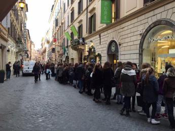 Lunga fila di ragazzine in centro a Roma per il Black Friday /Video - Foto