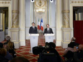 Renzi incontra Hollande all'Eliseo: Coalizione ampia per distruggere l'Is /Foto