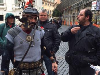Stop a foto, centurioni sul piede di guerra: