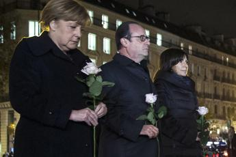 Attentati Parigi, Merkel a Hollande: Agire militarmente contro l'Is