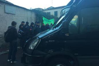 Blitz in centro migranti a Roma: oltre 20 portati via per l'identificazione /Video - Foto