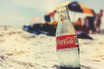 Compleanno Coca-Cola, l'iconica bottiglia di vetro compie 100 anni