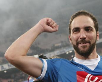 Super Higuain stende l'Inter, il Napoli è primo e sogna lo scudetto /I gol
