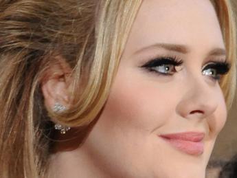 Adele sbaraglia tutti e si conferma regina della top ten