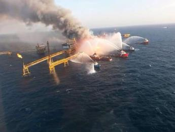 Piattaforma petrolifera in fiamme sul Mar Caspio, un morto e 30 dispersi