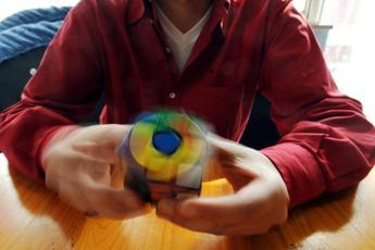 Cubo di Rubik, super robot lo risolve in un solo secondo