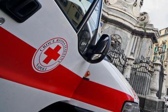 Napoli, lancia figlio di un anno dal balcone: bimbo è grave