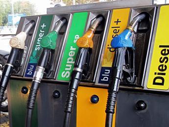 Carburanti, tonfo per il prezzo della benzina. In rialzo il diesel
