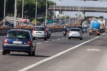 Auto pirata: Roma, uccide motociclista sul Gra e poi scappa