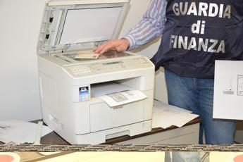 Varese, rubava le identità dei defunti per commettere truffe: denunciato