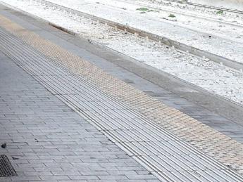 Garlasco, cerca di prendere il treno ma resta incastrata: grave 15enne