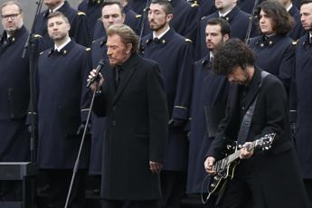 Parigi commemora le vittime degli attentati, canta Hallyday e Hollande scopre lapide