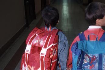 Zainetti pesanti e postura sbagliata, mal di schiena in aumento tra bimbi e teenager