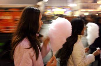 In un anno i bimbi consumano tanto zucchero quanto pesano