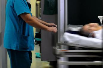 Savona, l'anestesista è donna: paziente rifiuta intervento