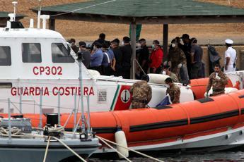 La madre muore in viaggio, bimba di 9 mesi sbarca sola a Lampedusa