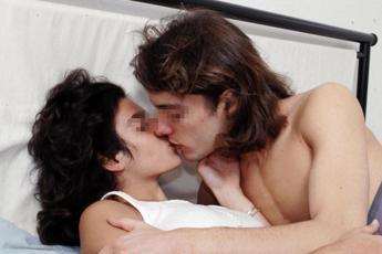 Dormire o fare l'amore? Risponde la scienza
