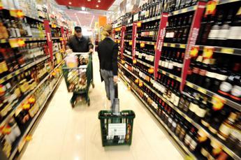 Fermato con la merce del supermercato nascosta sotto ai vestiti, una denuncia a Varese